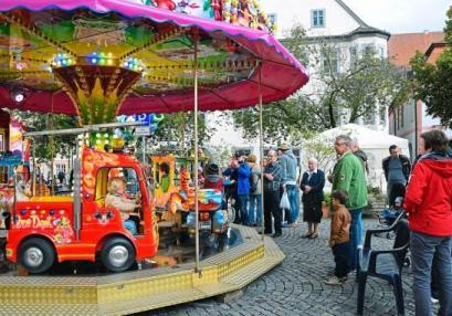 Eine Runde im Feuerwehrauto ist für viele Kinder das Höchste. Das Karussell am Kirchweihmarkt macht es möglich. Fotos: Auer