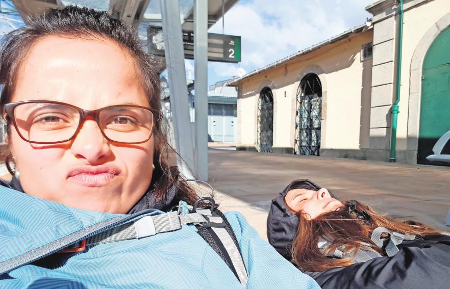 Warten in der Sonne: Von Arcade aus fuhren Michaela und Kristin mit dem Zug weiter. PRIVAT