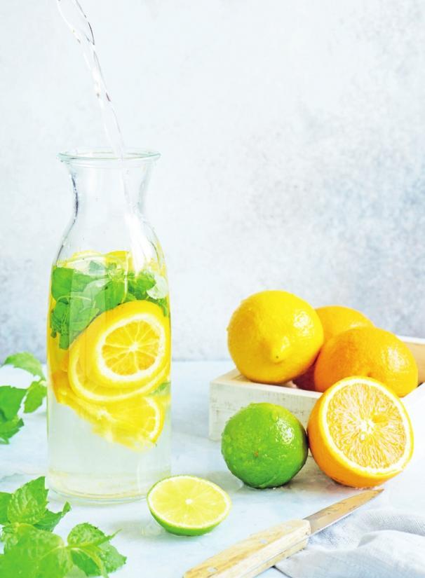 Schenkt Frische und Energie: kühles Wasser mit Zitronen- oder Limettensaft.