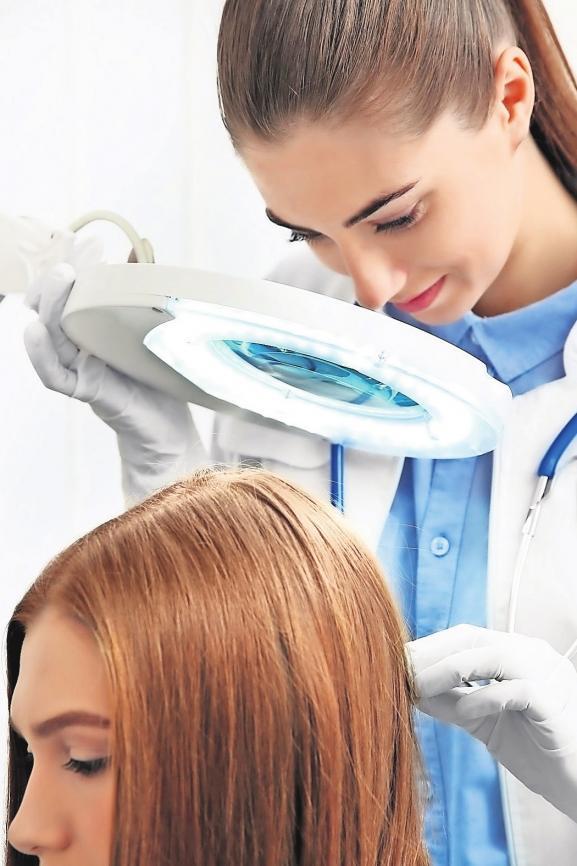 Den Ursachen des Haaraufalls gehen die Experten auf den Grund. Foto: Africa Studio/fotolia.com