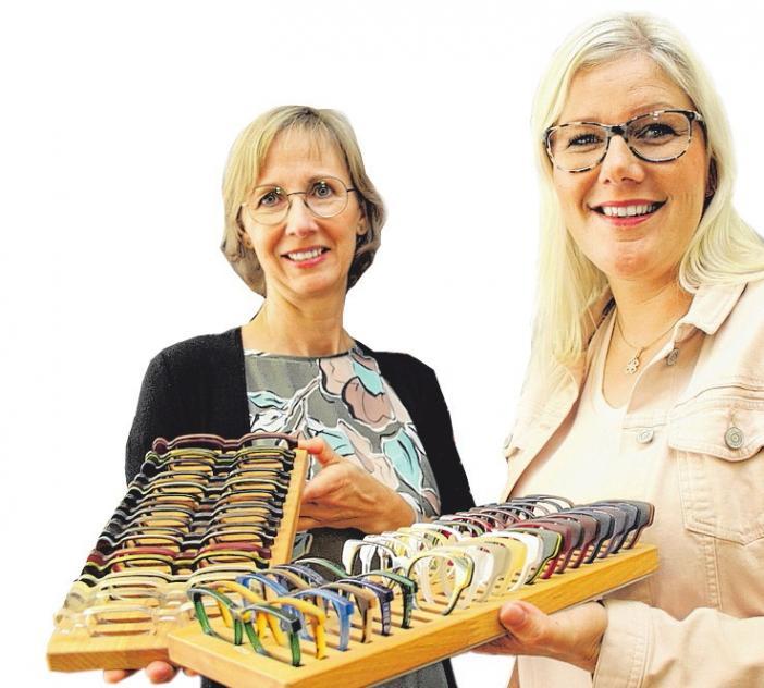 Kathrin Curth und (li.) Ann-Kathrin Bergold wissen, wie aus einem Brillen-Prototyp ein individuelles Unikat wird. FOTO: CP