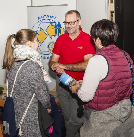 Personalverantwortliche und Auszubildende der Unternehmen empfangen die jungen Besucher an ihren Info-Ständen – gut vorbereitet auf viele Fragen und interessante Gespräche. Fotos: Haimer GmbH