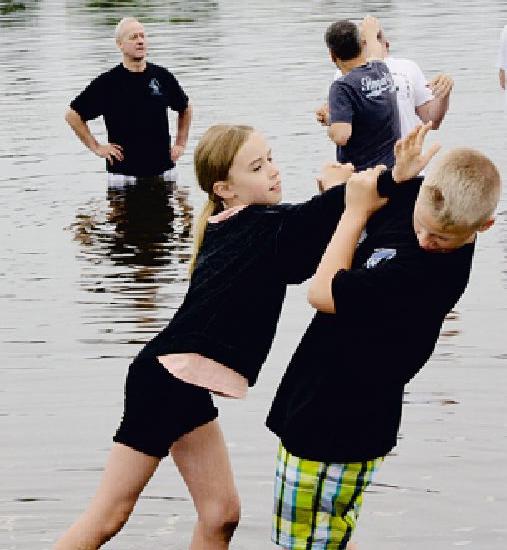 Nele und Jason beim Taekwondo-Trainig für Kinder des Prisma-Gesundheits-Studios