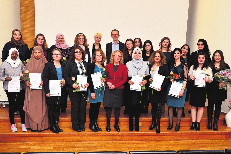 Die 18 neuen Stadtteilmütter erhielten ihr Zertifikat im Alvar-Aalto-Kulturhaus.