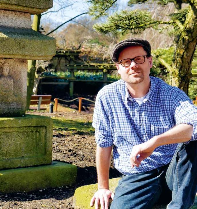 Er lebte und arbeitete selbst eine Zeit lang in Japan, jetzt schreibt er Krimis, in denen der japanische Kommissar Kenjiro Takeda Hamburger Mordfälle aufklärt