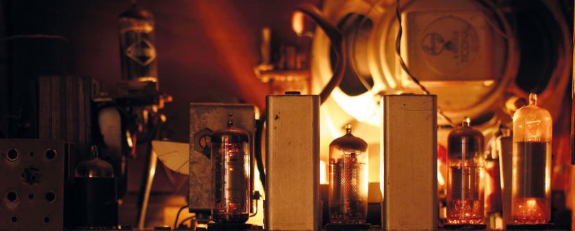 Mit der Ablösung der Röhrentechnik durch den Transistor und später durch den Chip, nahm die Reinraumtechnik ihren Aufschwung. © A&M - stock.adobe.com