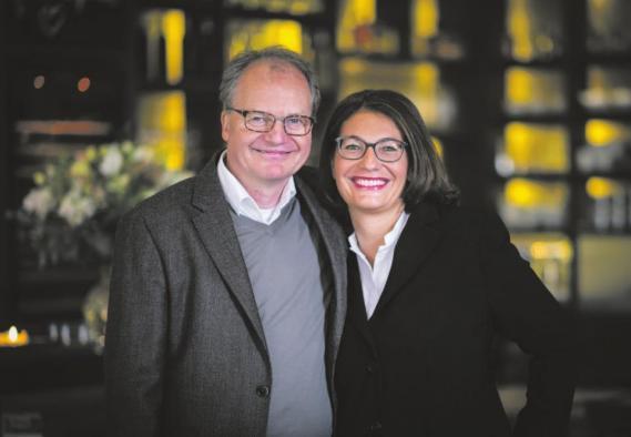 Mit der komplett umgestalteten Terrasse vorm Gasthaus schlagen Wilmavon Westphalen und Klaus Friedrich Helmrich ein neues Kapitel auf.