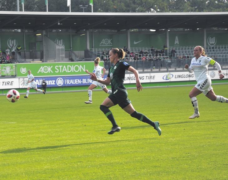 Bei dem Heimspiel gegen SC Freiburg konnte sich Ewa Pajor mehrmals den Weg durch den Abwehrblock zum Tor erkämpfen und versenkte gleich zwei Mal den Ball im Netz. nd