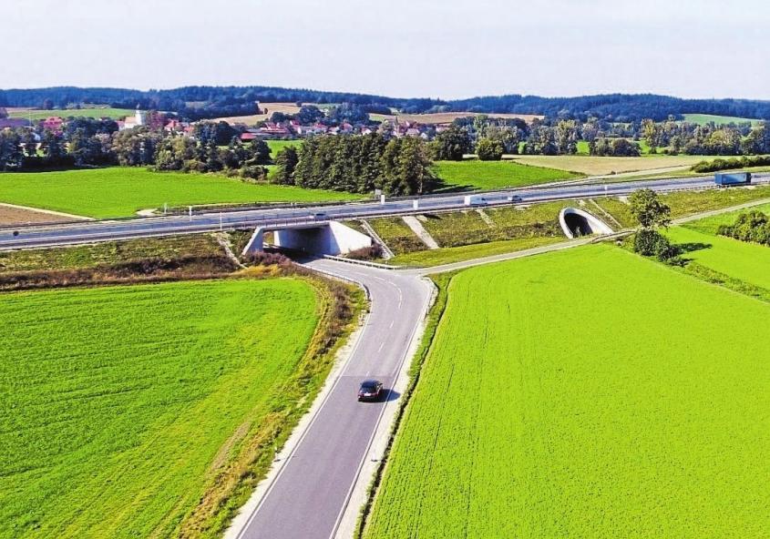 """Jenseits der Bundesstraße kann auch gefahren werden. Insgesamt sechs Brückenbauwerke sind Teil der Ausbaustrecke. Von Gallenbach aus kann man bequem unter der B 300 """"hindurchschlüpfen"""", um nach Ecknach zu kommen. Das Mammutprojekt verschlang große Flächen, doch von den 25,7 Hektar wurde mit 14 Hektar nur etwas mehr als die Hälfte der Fläche versiegelt."""