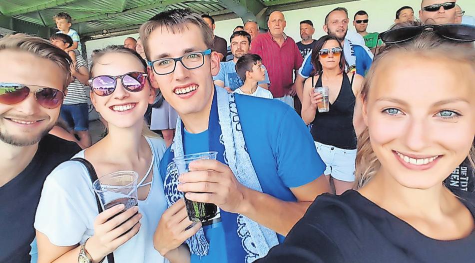 Begeisterter Fußballfan: Malte Baumgart (3.v.li.) verbringt seine Freizeit gerne im Stadion. FOTO: PRIVAT