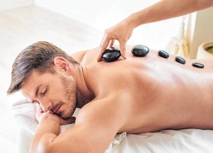 Hot-Stone-Massage: Auf dem Körper werden 60 Grad warme Steine platziert ISTOCK/HOOZONE