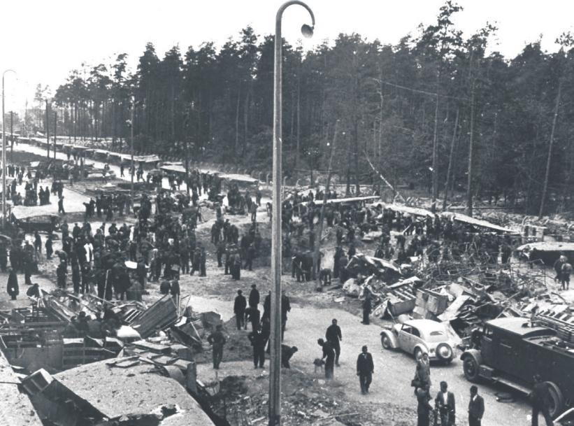NACH DEN BOMBENANGRIFFEN (RECHTES BILD ) BEGANNEN FÜR DIE WOLFSBURGER DIE AUFRÄUM ARBEITEN © Photowerk Archiv