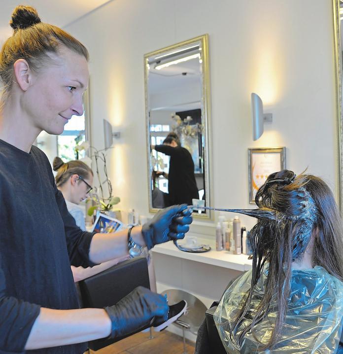 Waschen, schneiden, föhnen, färben und tönen, Strähnentechniken, Beratung und Außer-Haus-Service – Royal Cut hat all das. Foto: Ellerich