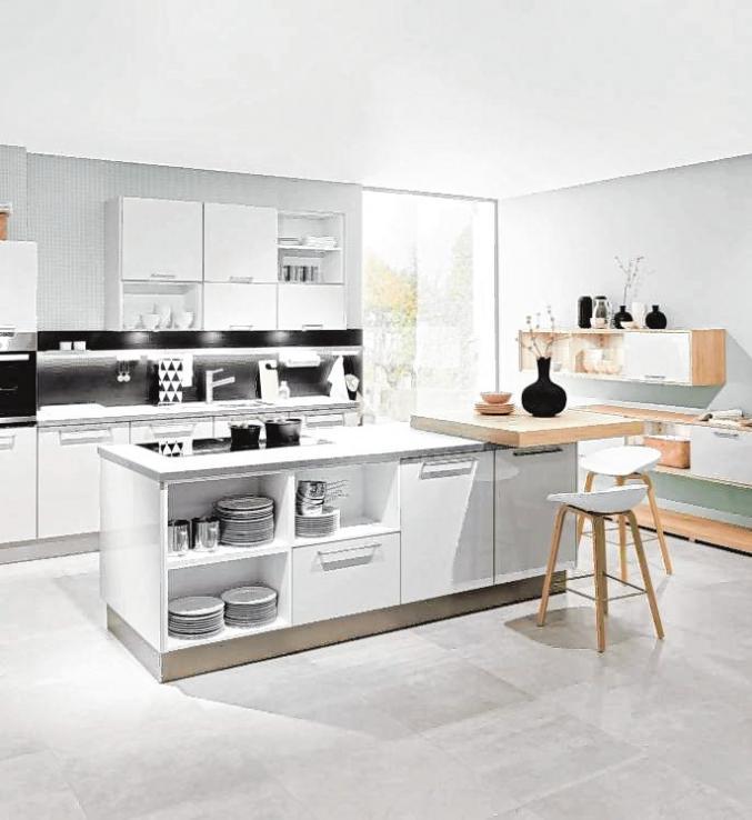 In modernen Küchen gibt es oft eine Theke mit Barhockern, zum Beispiel für das kleine Frühstück, wenn es schnell gehen muss.