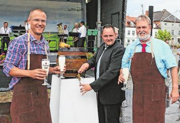 Hauen drauf: Bürgermeister Frederik Bewer, Vereinschef John Mai und Wolfgang Krakow