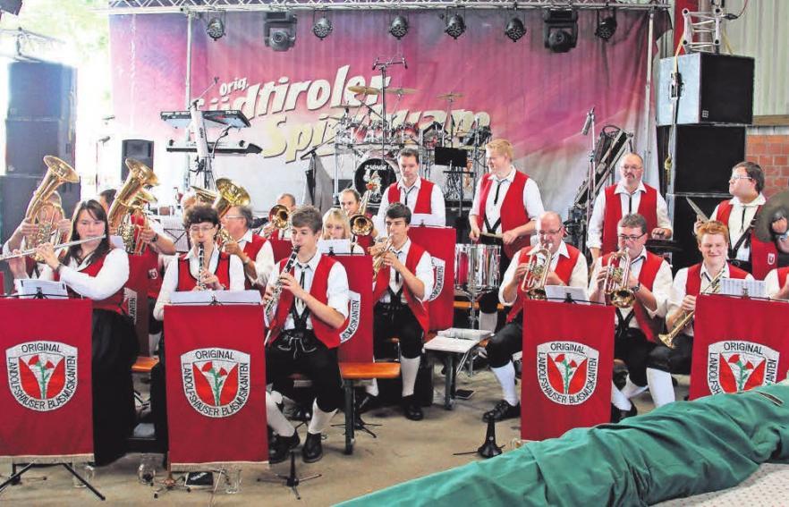Die Landolfshäuser Blasmusikanten eröffnen das Bühnenprogramm. FOTOS: ART