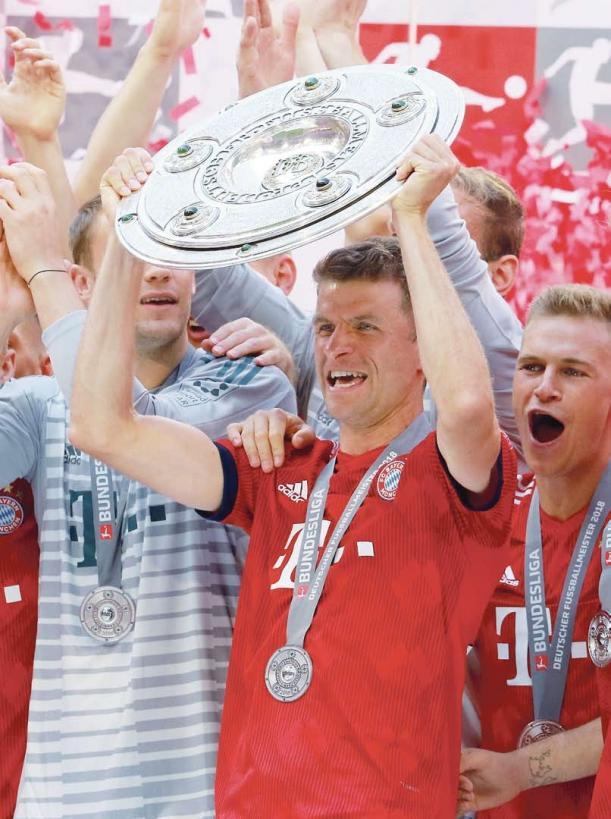 Sechs deutsche Meistertitel in Folge: Der FC Bayern München um Nationalspieler Thomas Müller (mit Schale) machte in der Saison 2017/2018 das halbe Dutzend voll. Insgesamt holte der Rekordmeister seit 1932 schon 28 Meistertitel. Nach dem 34. Spieltag der vergangenen Spielzeit betrug der Vorsprung 21 Punkte auf den zweitplatzierten FC Schalke 04.
