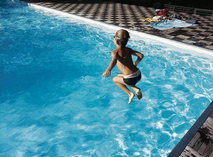 Wer sich an die Baderegeln hält, der hat auch viel Spaß im Schwimmbad. FOTO: PIXABAY