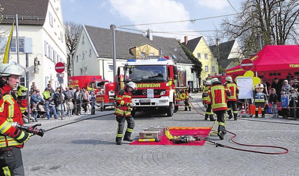 Die Feuerwehr präsentiert sich und ihre Gerätschaften bei interessanten Übungen.