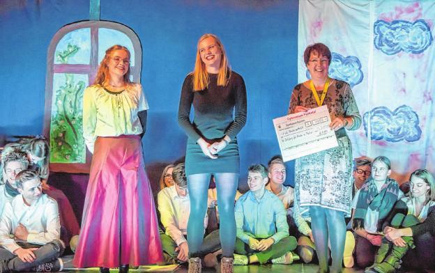 Erfolgserlebnis für jeden Einzelnen und soziales Engagement als Gemeinschaft – Spendenübergabe während der Benefizgala am Gymnasium PanketalFoto: Friedrich