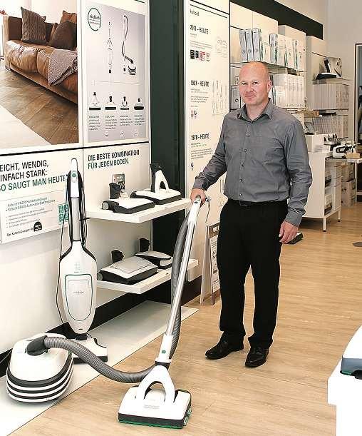 Schnell und gründlich arbeitet der Saugwischer von Kobold, weiß Dino Lüdtke, Storemanager in Kiel. Der Boden wird ohne Anstrengung gewischt und gleichzeitig der Schmutz aufgesaugt. FOTO: SAA