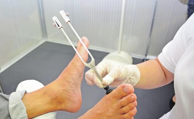 Experten warnen: Wenn die Füße kribbeln und brennen, kann eine Folgeerkrankung des Diabetes dahinter stecken – die Neuropathie. Foto: djd/Wörwag Pharma/COLOURBOX