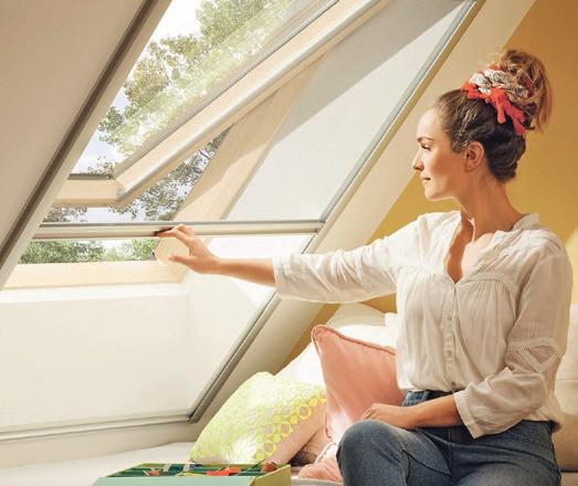 Kinderleichtes Öffnen und Schließen ermöglicht einen flexiblen Schutz vor Insekten. Foto: Velux Deutschland GmbH
