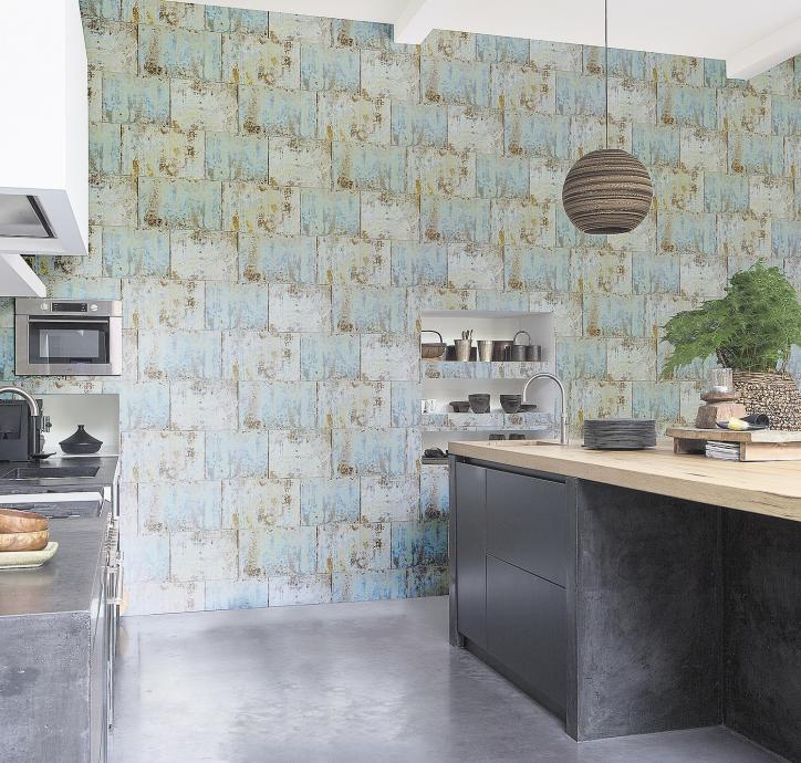 Mit Patina: Diese Küchenwand ist mit einer Tapete im Industrie- Look gestaltet.FOTOS: DTI