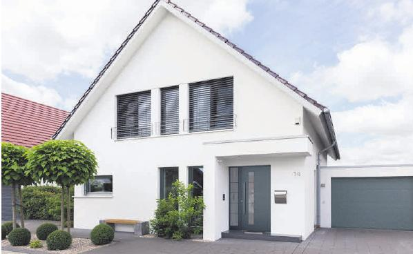 Ein Design, das Hausbesitzer anspricht: Eine Haustür, ganz puristisch in feinem Grau mit Edelstahlbeschlägen.