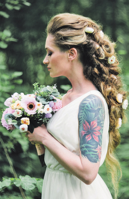 Eine coole Kombination: Edles Brautkleid trifft kunstvolles Tattoo. Veranstalter