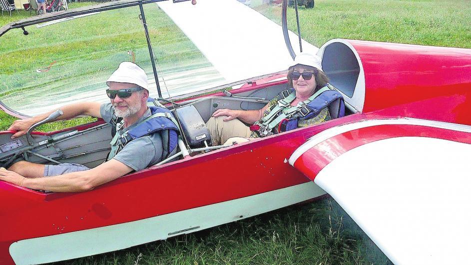 Der erfahrene Segelflieger Jan Tied nimmt Spätlese-Autorin Heidrun Harte mit auf ihren ersten Flug im Gleiter.