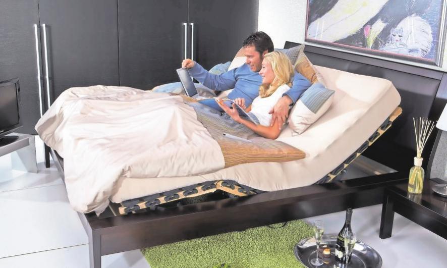 Rückenteil hochfahren zum Lesen oder um im Internet zu surfen, Fußteil hochfahren um die Beine zu entlasten – ein Motorrahmen macht das Bett zur Wohlfühlzone. Bei Betten Wehmann findet man das perfekt passende Bettsystem. Foto: Innova Mot