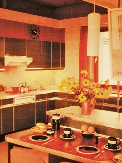 Eine typische Küche der 1970er-Jahre in den damals beliebten Farben und Formen mit einer kleinen Essecke