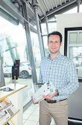 Dominic Scheper zeigt ein Energiesparfenster mit neuester Technologie