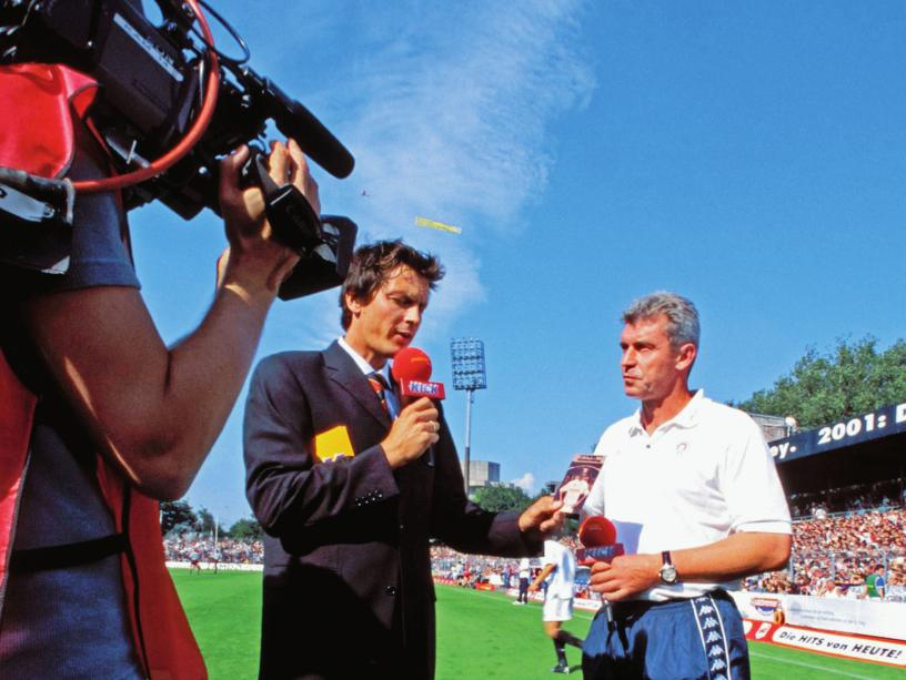 Erfahrung: Seit 1999 ist Sebastian Hellmann (hier mit Ex-VfL-Co-Trainer Dietmar Demuth auf St. Pauli) dabei, Sky hieß damals noch Premiere.