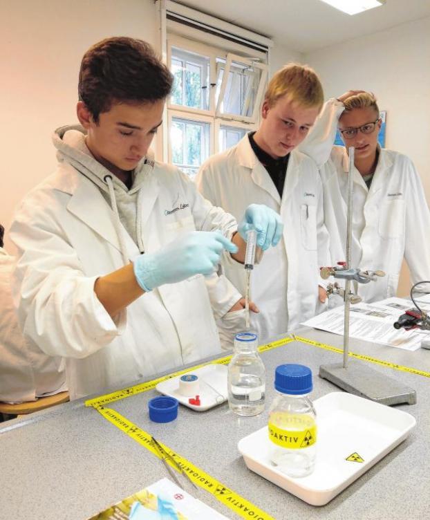 Forschen im Labor – Schüler des Gymnasiums Panketal sind mit Eifer dabei. Foto: Freies Gymnasium