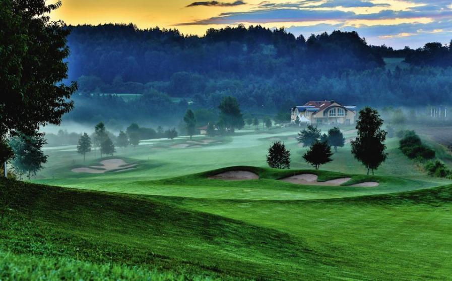 Jura Golf Park mit seinen 45 Golfbahnen Image 1