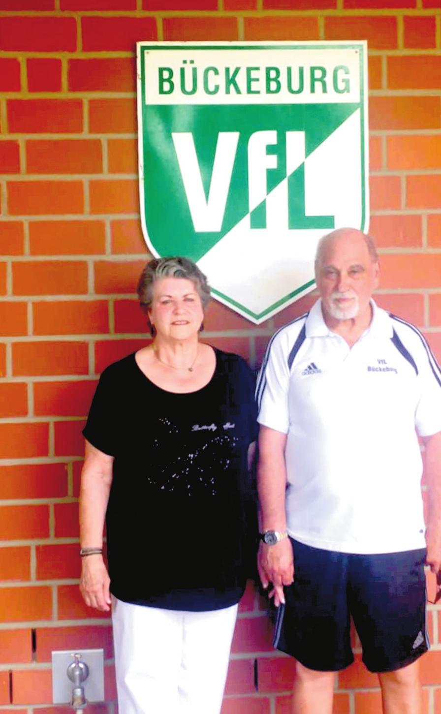 Das Ehepaar Roswitha und Hans Hößler vor dem VfLWappen am Bückeburger Kabinentrakt. FOTO: FW
