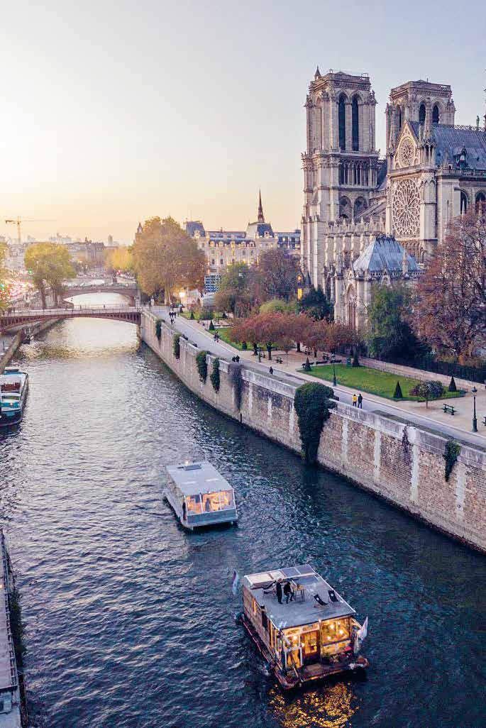 """Die Künstlerboote aus Hamburg und Berlin machten mitten in Paris am Port de Solférino fest und luden Besucher und Macher der """"Paris Photo"""" zum Plausch"""