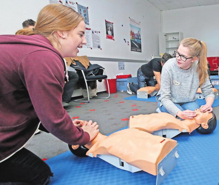 Erste-Hilfe-Kursus beim Deutschen Roten Kreuz in Gifhorn: Teilnehmer trainieren an Übungspuppen die Herz-Lungen-Wiederbelebung.