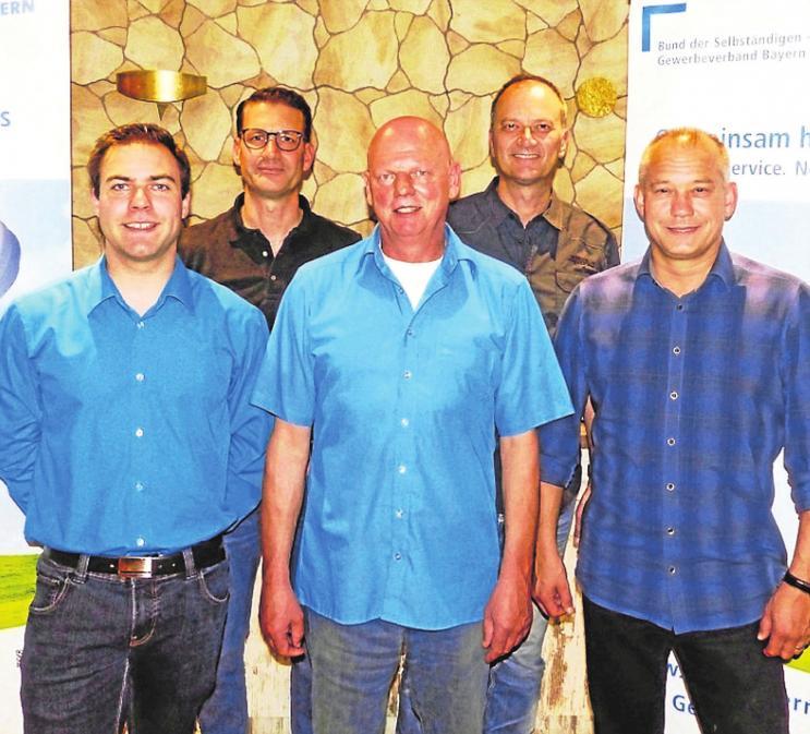 Das Organisationsteam der GIGA (von links): Tobias Gaugenrieder (AllRoundBar), Michael Grashei (Grashei Orthopädieschuhtechnik), Günter Gaugenrieder (Kfz + Reifen SA.GA), Frank Wöhrer (Kamp & Wöhrer Baumaschinen) und Alexander Döll (selbstständiger Rechtsanwalt) freuen sich über viele Besucher.