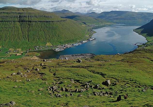 Die Faröer Inseln verzaubern mit tiefblauen Fjorden und schroffen Landschaften. FOTO: HFR