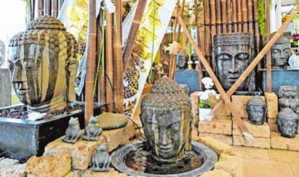 Das Blumenhaus Decker in der Zellerau zeigt, wie man mit asiatischen Figuren, Brunnen etc. Gärten und Räume individuell gestalten kann. FOTOS: ZWIRNER