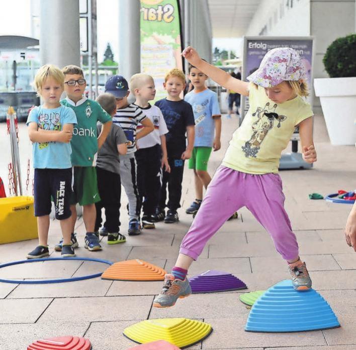 Bewegungsprogramm für Kindergartenkinder im Kauf Park. Hier: Kinder des Sprachheilkindergartens St. Hildegard, Göttingen FOTO: HELLER