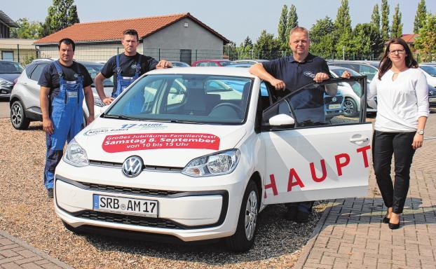 Das Team der ersten Stunde: T. Waldteich, T. Borchert, G. Becker und N. Madel präsentiert den Hauptpreis, einen neuen VW up!Foto: Jana Posna