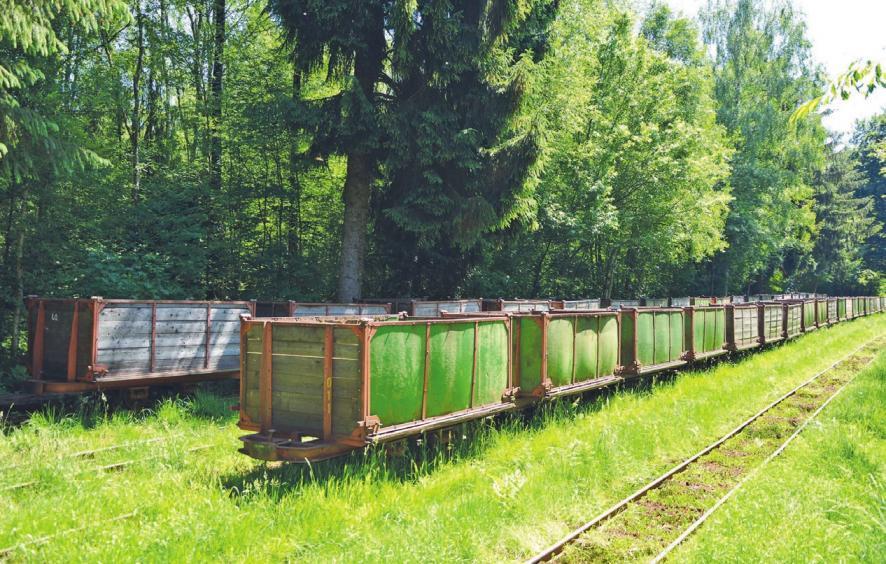 Waggons, die darauf warten, mit Torf befüllt zu werden.