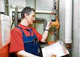 Beim Heizungscheck inspiziert der Handwerker die Anlage.