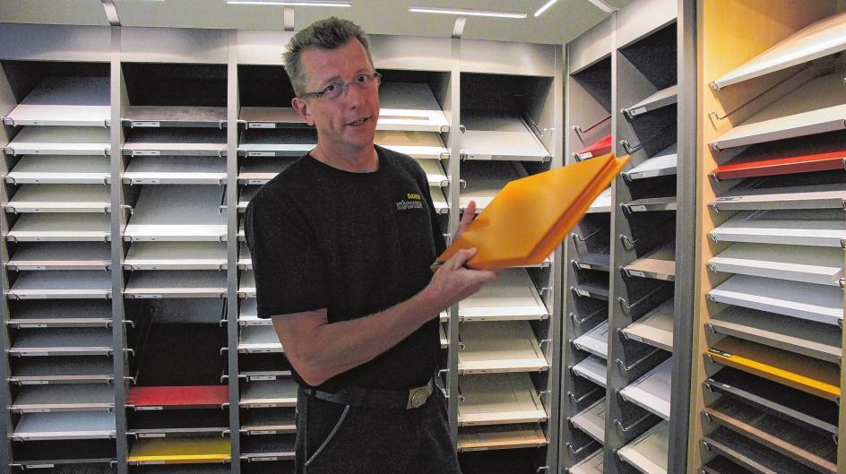 Mit Leidenschaft und Liebe zum Detail gewährt Jörg Damm seinen Kunden im Musterbüro in Gielsdorf in der Eichenallee 19 Einblicke in die Vielfalt der Welt der Küchen.
