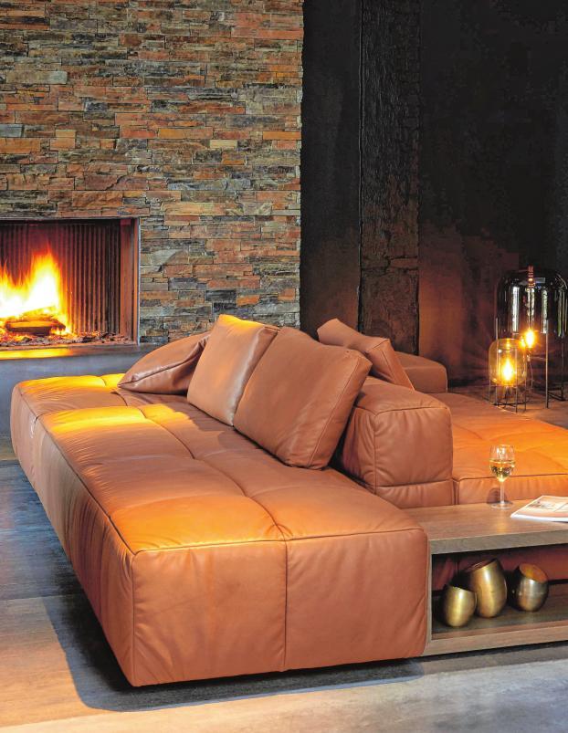 Hug von Indera ist ein nach zwei Seiten ausgerichtetes Sofa. Die fehlende Armlehne an der Seite ermöglicht das direkten Anbinden eines Beistelltisches.BILD: INDERA/DPA-TMN