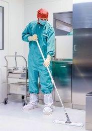 Spezielle Reinraum-Mops aus reinraumgeeigneten Mikrofilamenten sind ein wichtiges Werkzeug bei der Arbeit des Fachpersonals. © WISAG Industrie Service, 2018